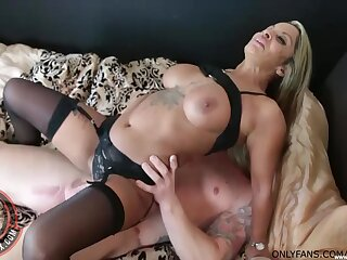 Amateur fucking on the verge with seductive cougar Tallula Thomas