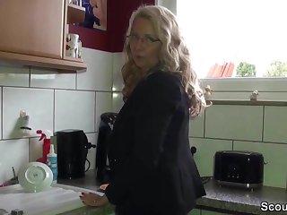 Geile Deutsche MILF mit Mega Titten fickt mit ihrem Tweeny