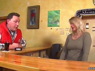 MILF Kellnerin direkt nach Feierabend anent der Kneipe gefickt