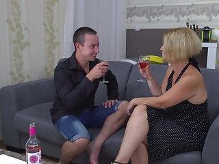 Amateur mature mommy fucks her pal