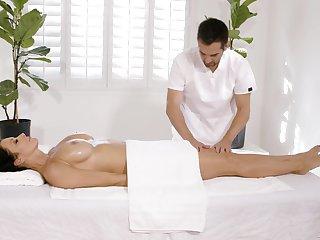 Chesty MILF Reagan Foxx fucks her masseur anent signature style