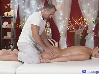 Busty mammy lets the masseur to try her cunt a little