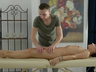 Masseur gets the chance to deep shag this gorgeous woman